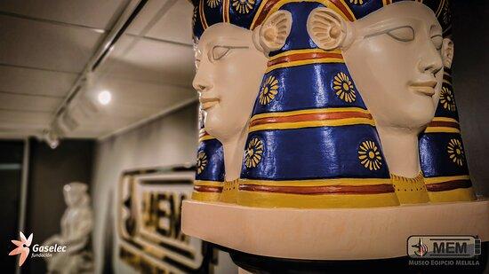 Imagen de la diosa Hathor en los capiteles,  Diosa de la alegría, de la maternidad y del amor, protectora de las embarazadas, del parto y de las comadronas, Diosa de la música y del baile