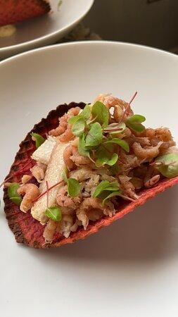 Krokante wafel van rode biet gevuld met creme en krab, gerookte paling en Hollandse garnalen