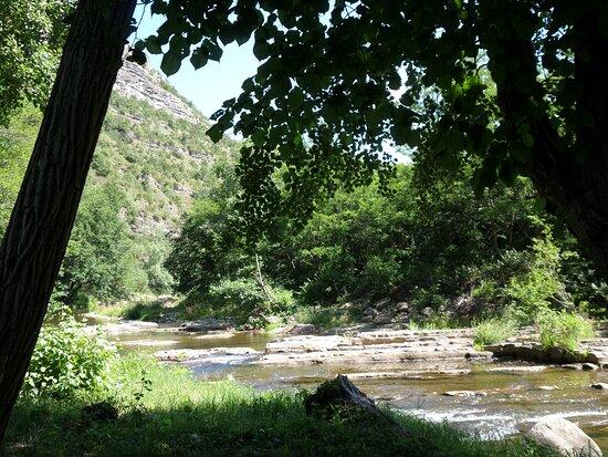 Uzer, France : Rivière La Lande, le long du camping.