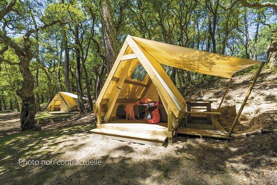 Uzer, France : Tente Trek Duo deux personnes, à la nuitée. Photo non contractuelle sur un autre camping.