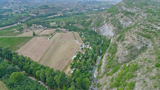 Uzer, France : Vue aérienne du camping La Turelure, niché entre la rivière La Lande et le plateau des Gras.