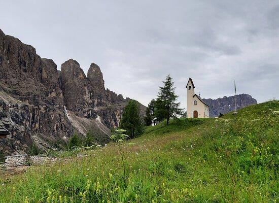 la cappella e le montagne