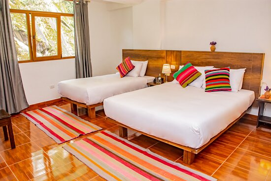Habitación familiar con vista al río: ventanas con doble vidrios para el aislamiento del ruido y temperatura, camas de calidad de punta, almohadas y sábanas anti-alérgicas, escritorio, baño privado