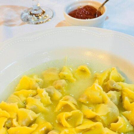 Os pratos da culinária colonial italiana são fartamente servidos em um ambiente aconchegante e familiar, onde todo o processo é feito pelos proprietários.