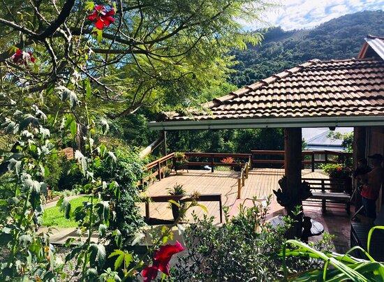 Um lugar perfeito para quem busca qualidade, sossego, natureza, ao som dos pássaros que proporcionam uma sensação de tranquilidade, paz e bem-estar.