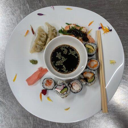 Sushi, Gyoza, Wakame, Sashimi, Pétalos de flores, Jengibre, Wasabi, Soja y Sésamo verde de Wasabi... Un ESPEctaculo para los sentidos.  Arigatou Gosaimasu Nihon  ❤🧡💛💚💙💜🤎🤍