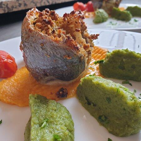 Tortino di Orata con panatura di frutta secca aromatizzata all'arancia di caulonia su purea di carote e broccoletti.