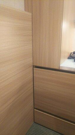 さてこの中にクローゼット、冷蔵庫、セキュリティボックスが隠れています。初見では分かりにくいと思うのだが...