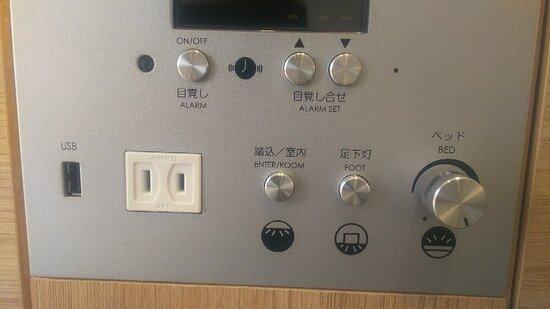 ヘッドボードにはコンセント、USBポート、照明スイッチあり。