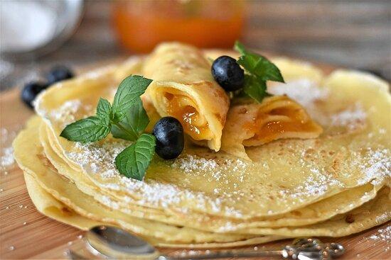 Масленичная неделя в КРАФТЕ.  Наши любимые повара приготовили для вас угощение - аппетитные, тоненькие,  масленичные блинчики, к которым вы можете добавить любую начинку: сметана; мёд; джем; сливочно-грибной соус или ветчину с сыром. С Масленицей вас!
