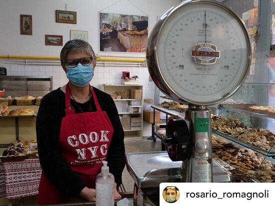 Oggi siamo curiose! 😏 Come siete venut* a conoscenza del nostro biscottificio?  Grazie grazie @rosario_romagnoli 🥰😎📸 ••• #repost Che biscuits ragazzi! Che biscuits! Grazie a @marcoscude che ha scovato il negozio col solo olfatto! #ritrattoambientato #biscotti #panasonicphotography #roma