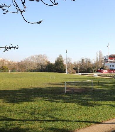 A l'intérieur de celui-ci se trouve un terrain de Football d'entraînement