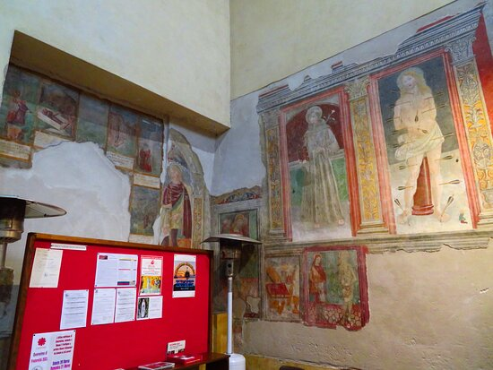 Affreschi nell'angolo tra la controfacciata e la parete dx: quelli della parete dx, che continuano in basso nella controfacciata sono di epoca più tarda rispetto agli altri affreschi della chiesa, di circa un centinaio di anni