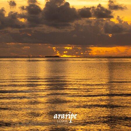 Vista do mar em frente ao Araripe Lodge no amanhecer.