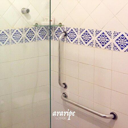 Barras de segurança nos chuveiros das suítes.