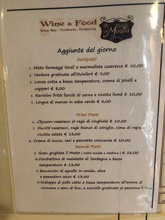 Il pranzo al Mosto è sempre un piacere e una piacevole esperienza!  Il vino, il cibo e il servizio fanno valere il viaggio ad Aggius!