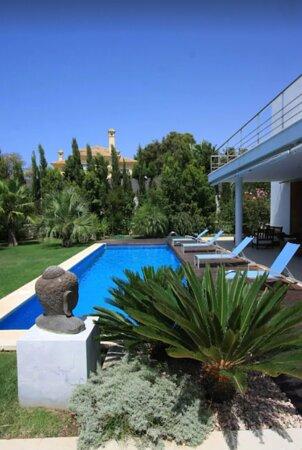 Conil de la Frontera, Spain: Tiene un jardín tropical con palmeras y arboles que dan sombra, la piscina es privada, el porche dispone de muebles de exterior, barbacoa.