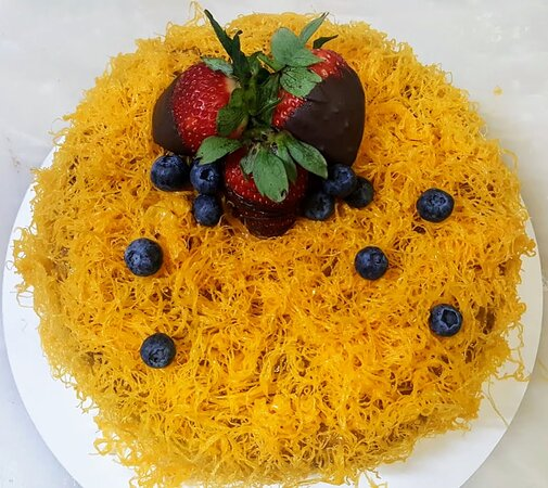 Bolo de aniversario, pao de lo de chocolate com doce de ovos e fios de ovos.