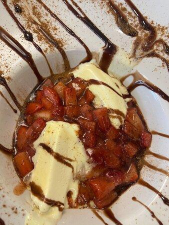 fresas calientes con helado y pimienta
