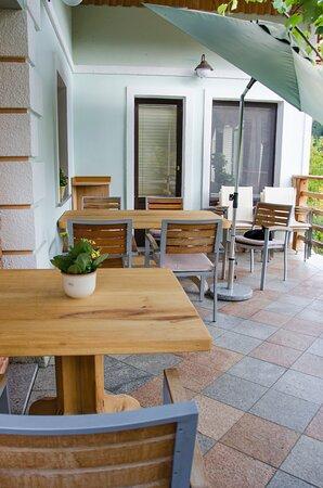 Zerovnica, Slowenien: Teracce where the breakfast is served in B&B Miskar