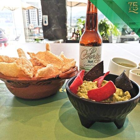 Mientras esperas tu orden, nada mejor que una nuestra Cerveza Cobriza acompañada de chicharrón y guacamole.