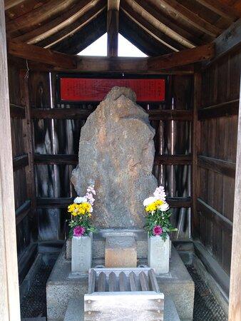 お地蔵様の隣にある石(石仏でしょうか?)