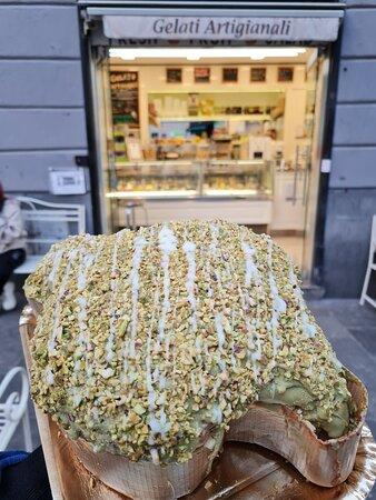 Colomba artigianale al pistacchio farcita di crema di pistacchio