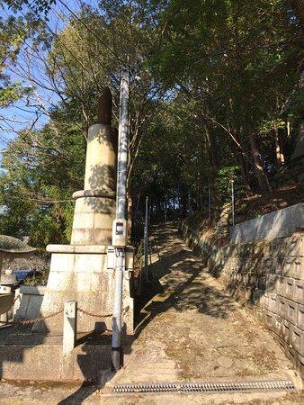 石碑裏のスロープです。(神社の石段の左側にあります)