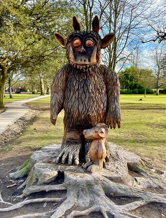Fabulous carved statue of author Julia Donaldson's fantastical Gruffalo, (and the mouse that created him in the story 📖 )