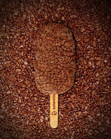 Os Steccos são picolés preparados com a massa do nosso Sorvete Artesanal Premium, o que lhe confere uma mordida macia e uma experiência que se completa com recheios que ressaltam a combinação proposta e uma casquinha crocante por fora. Este que você está vendo é o de Brigadeiro.
