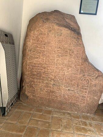Runesten i våbenhus
