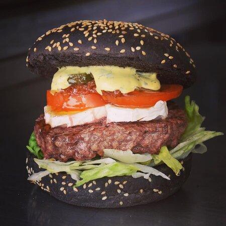 Aix-en-Provence, France: Venez déguster notre délicieux burger Chèvre Miel, pain noir à l'encre de sèche.  Ce compose 180g de Steak façon bouchère, oignons confits, tomates, salade, fromage cheddar, et sauce au choix, à 9 Euros.
