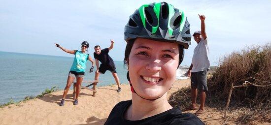 3-Hour Guided Biking and Hiking Tour of Pipa: Parada para tomar agua de coco en uno de los miradores