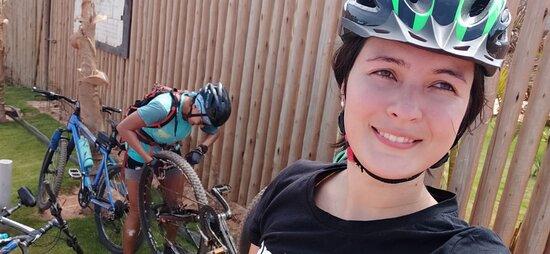 3-Hour Guided Biking and Hiking Tour of Pipa: Nuestra excelente guia Maggie cambiandonos el caucho de la bici despues de haber pinchado en una subida.