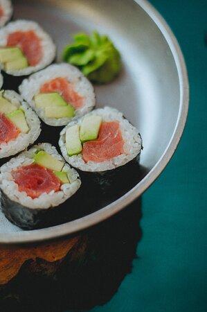 суши маки с тунцом и авокадо