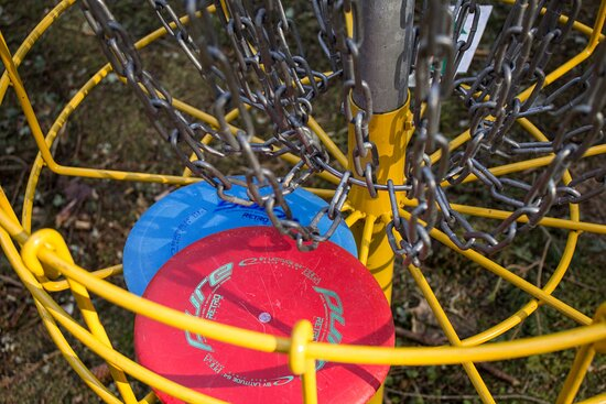 There are nine-disc baskets. They are located in the area in such a way as to preserve the natural values there, as well as to ensure a rational and comfortable enjoyment of the game for both beginners and experts.