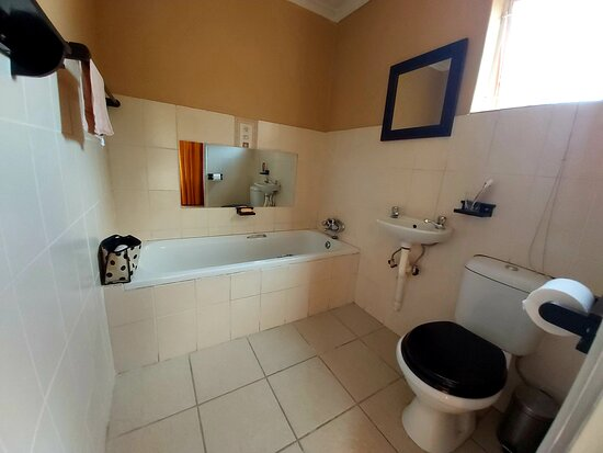 Phalaborwa, South Africa: Private bathroom in bedrooms