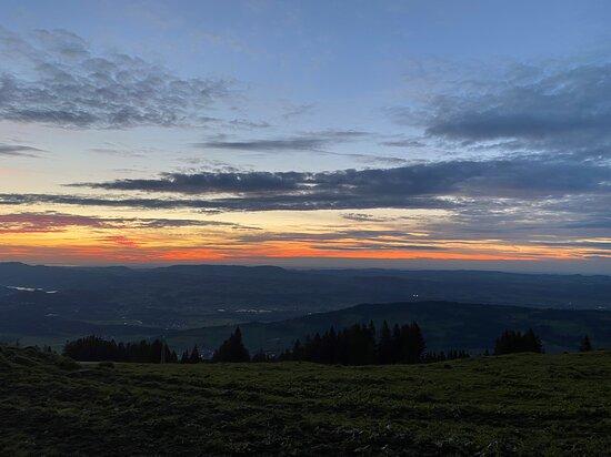 Rettenberg, Niemcy: Abendstimmung auf der Grüntenhütte - Blick ins Westallgäu Richtung Alpsee und Bodensee