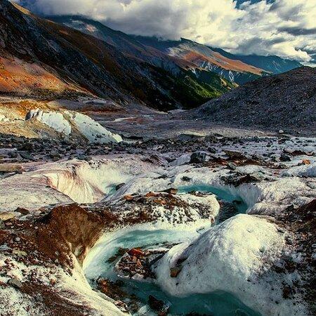 Altai Krai, Russia: Зеленый лед ледника Сапожникова    Ледник расположен на северо-восточном склоне горы Белуха на Катунском хребте. На леднике расположен мощный ледопад - ширина 1000 м, высота 250 м.  Интересные факты:  - ледник Менсу был открыт в 1897 году профессором В. Сапожниковым;  - у ледника есть целых три названия: Менсу («Моонг суу» - омут), Сапожникова и Иедыгемский («Ыдык кем» - священная река);  - из ледника Менсу берет свое начало река Иедыгем (левый приток реки Аргут)