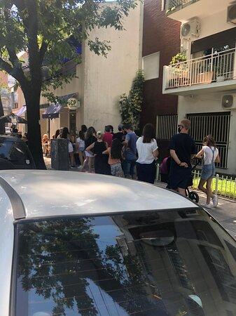 amontonamiento de gente y obstruccion de entrada al edificio lindero