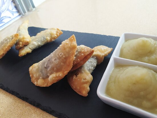 Empanadillas de morcilla con compota de manzana.