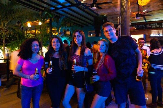 La vida nocturna de Cancún en su mejor elemento.