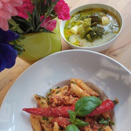 Zupa z zielonych warzyw i makaron penne i sos bolognes al'a Sagan z pomidorami pelati ♥️