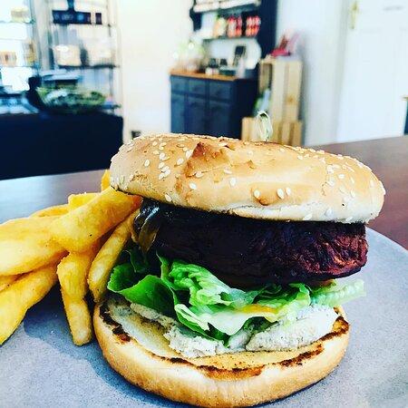 VEGO BURGER• Beetroot & Zucchini Pattie • lemon myrtle hummus • onion jam • tomato • cos lettuce • chips on our lunch menu $20 OPEN fri/sat/sun/mon 8-3 over the long weekend 🍔🌿