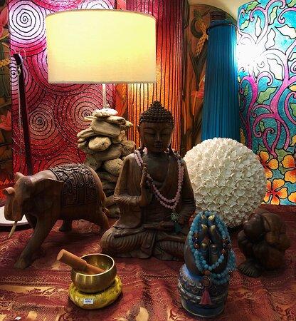 Sculture in legno, lampade indonesiane in legno e campane tibetane
