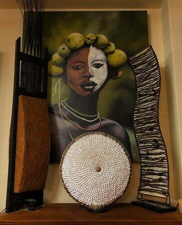 Lampade indonesiane e quadri dipinti a mano su tela