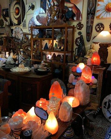 Lampade di sale, librerie in legno, fontane zen e sculture
