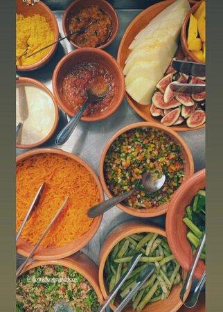Experimente nosso buffet de saladas (com algumas opções de pratos quentes), e, escolha um dos pratos principais do dia para acompanhar.