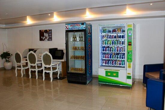 Centro de negocios y máquinas expendedoras en lobby