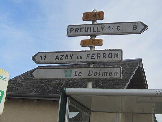Dolmen Les Palets de Gargantua. Vue 3. Signalétique ; Accès Le Dolmen, Direction La RD103 Azay Le Ferron. Charnizay 37290.